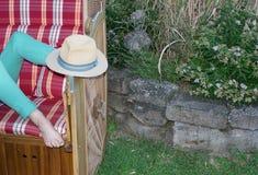 Con verde dipinto toenails l'accoppiamento dei jeans, Stetson come protezione solare per i piedi immagine stock