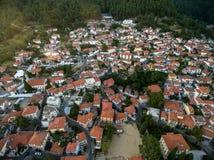 Con vuelo del abejón sobre la ciudad vieja de Xanthi en Grecia septentrional Imágenes de archivo libres de regalías