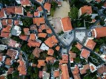 Con vuelo del abejón sobre la ciudad vieja de Xanthi en Grecia septentrional Fotos de archivo