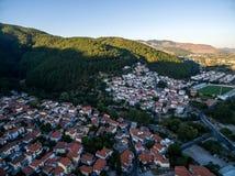 Con vuelo del abejón sobre la ciudad vieja de Xanthi en Grecia septentrional Foto de archivo libre de regalías