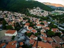 Con vuelo del abejón sobre la ciudad vieja de Xanthi en Grecia septentrional Imagen de archivo libre de regalías
