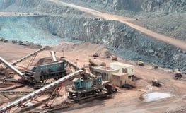 Concasseur de pierres dans une mine à ciel ouvert Image stock
