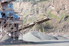 Concasseur de pierres dans une mine de carrière de roche de porphyre Photos stock