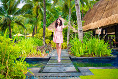 年轻美丽的女孩在一个热带海岛 暑假conce 免版税库存图片