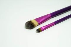 Concealer刷子和基础刷子在桃红色紫色把柄 免版税图库摄影