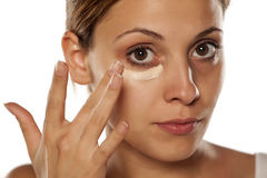 Concealer under her eyes Royalty Free Stock Photography
