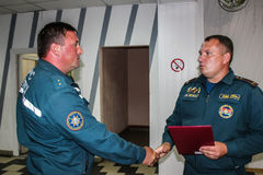 Conceder a los mejores empleados del ministerio de las emergencias de Bielorrusia en la región de Gomel Imágenes de archivo libres de regalías
