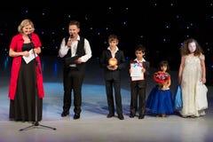 Conceder premios a los niños Imágenes de archivo libres de regalías
