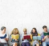 Conceito adulto do conhecimento da educação da leitura da juventude dos estudantes imagem de stock royalty free