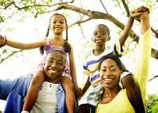 Conceito africano da atividade das férias do feriado da felicidade da família fotografia de stock