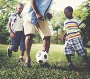 Conceito africano da atividade das férias do feriado da felicidade da família imagens de stock