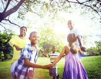 Conceito africano da atividade das férias do feriado da felicidade da família fotos de stock