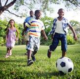 Conceito africano da atividade das férias do feriado da felicidade da família foto de stock
