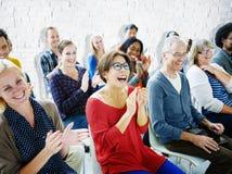 Conceito alegre da comunidade do seminário da multidão da audiência da afiliação étnica imagem de stock royalty free