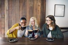 Conceito alegre da feminilidade do café do café da ruptura da bebida imagem de stock