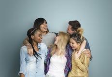 Conceito alegre do amigo do moderno dos adolescentes da diversidade imagem de stock royalty free