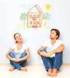 Conceito: alojamento e hipoteca para famílias novas dreami dos pares foto de stock