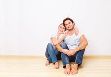 Conceito: alojamento e hipoteca para famílias novas pares no emp imagens de stock