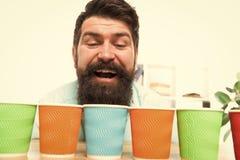Conceito alternativo Picareta uma Diversidade e reciclagem Copo de papel de Eco Caf? a ir copo de papel Quantos copos pelo dia fotografia de stock royalty free
