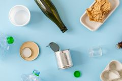 Conceito ambiental da conserva??o - desperd?cios preparados reciclando, cart?o, pl?stico, metal, vidro foto de stock royalty free