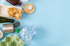 Conceito ambiental da conserva??o - desperd?cios preparados reciclando, cart?o, pl?stico, metal, vidro imagens de stock