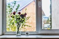 Conceito: Ame, dia do ` s do Valentim do St, aniversário, aniversário do casamento Um ramalhete de rosas bonitas na soleira no h Fotos de Stock Royalty Free