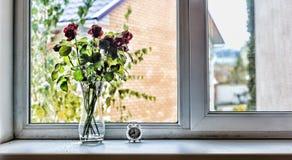 Conceito: Ame, dia do ` s do Valentim do St, aniversário, aniversário do casamento Um ramalhete de rosas bonitas na soleira no h Foto de Stock