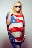 Conceito americano da mamã: mulher gravida na bandeira americana fotos de stock