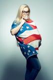 Conceito americano da mamã: Mulher gravida nova na bandeira americana foto de stock royalty free
