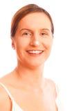 Conceito antienvelhecimento: Mulher em seus anos quarenta com creme de pele fotos de stock royalty free