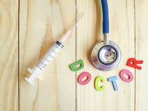 Conceito aproximadamente médico com texto colorido do doutor no assoalho de madeira Imagens de Stock