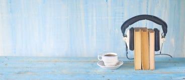 Conceito audio do livro, com livro, fones de ouvido e xícara de café, bandeja fotografia de stock