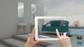 Conceito aumentado da realidade Entregue guardar a tabuleta com a aplicação da AR usada para simular produtos da mobília e do des foto de stock