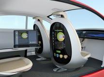 Conceito autônomo do interior do carro Tela do assento e do portátil que mostram o mesmo original no modo da sincronização Imagens de Stock Royalty Free