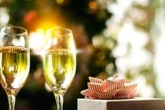 Conceito bebendo da festa de Natal, vidro do champanhe com presente b Foto de Stock Royalty Free