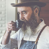 Conceito bebendo do café do homem da cafetaria do proprietário foto de stock royalty free