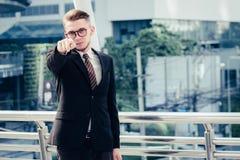 Conceito bem sucedido do comerciante: o investimento feliz do homem de negócios, cresce m fotos de stock