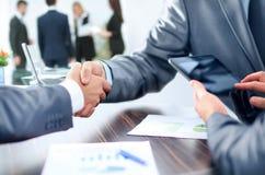 Conceito - benefícios da cooperação bem sucedida os bu do aperto de mão Fotografia de Stock