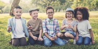 Conceito bonito alegre das crianças dos amigos das crianças ocasionais Fotos de Stock