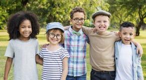 Conceito bonito alegre das crianças dos amigos das crianças ocasionais fotografia de stock royalty free