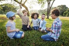 Conceito bonito alegre das crianças dos amigos das crianças ocasionais fotografia de stock