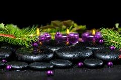 Conceito bonito de pedras do basalto do zen com gotas, li dos termas do inverno Imagens de Stock
