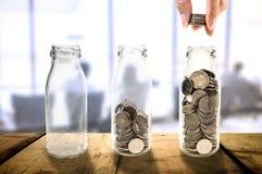 Conceito bonito do crescimento do investimento empresarial que recolhe moedas dentro Imagens de Stock