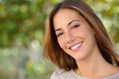 Conceito bonito dos cuidados dentários do sorriso da mulher branca imagem de stock
