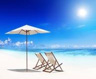 Conceito branco da praia da areia das cadeiras de plataforma fotografia de stock royalty free