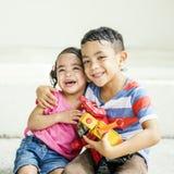 Conceito brincalhão de Elementary Childhood Kid da irmã do irmão Imagem de Stock Royalty Free