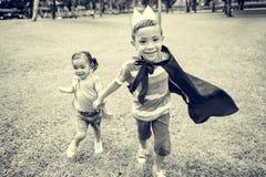 Conceito brincalhão de Elementary Childhood Kid da irmã do irmão Foto de Stock