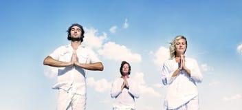 Conceito calmo da natureza da meditação da ioga dos povos foto de stock