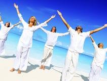 Conceito calmo da natureza da praia da meditação da ioga dos povos fotos de stock royalty free