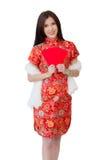 Conceito chinês do ano novo, mulher asiática que veste a terra arrendada vermelha do vestido Imagens de Stock